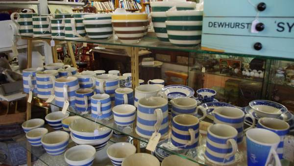 Stripey pottery at Heaths Old Wares, Bangalow. Image source: heathsoldwarescollectables.blogspot.co.nz/